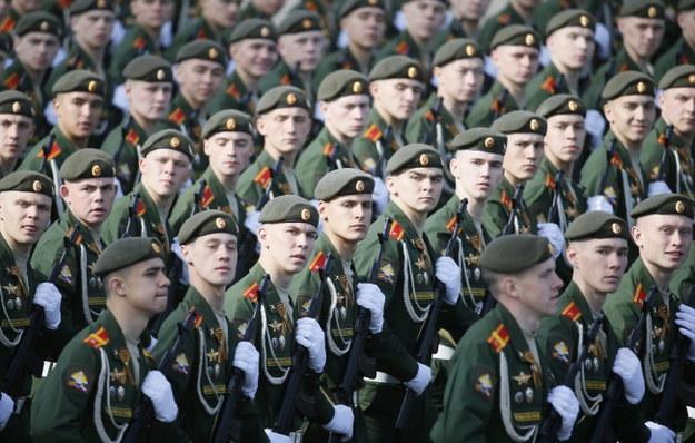 W paradzie bierze udział ponad 16,5 tys. żołnierzy i oficerów, reprezentujących wszystkie rodzaje sił zbrojnych /YURI KOCHETKOV /PAP/EPA