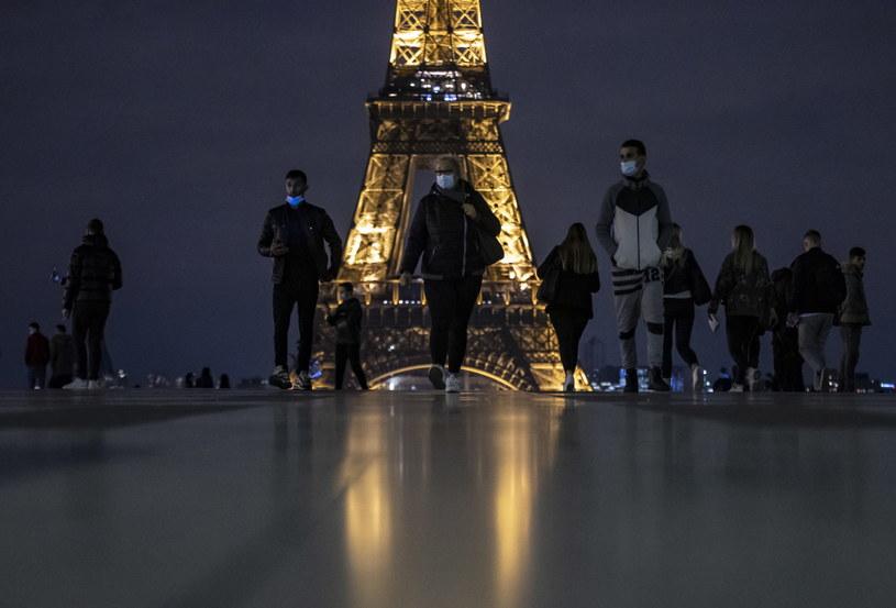 W Paryżu wprowadzono godzinę policyjną, która obowiązuje od 21 do 6 rano. /IAN LANGSDON /PAP/EPA