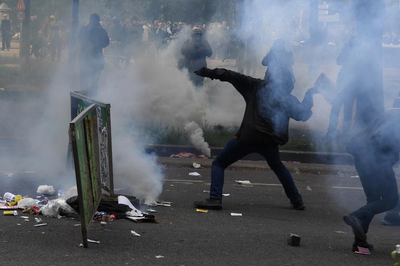 W Paryżu zakapturzeni osobnicy tłukli kamieniami wystawy i ciskali butelkami z benzyną w policjantów pilnujących manifestacji /AFP