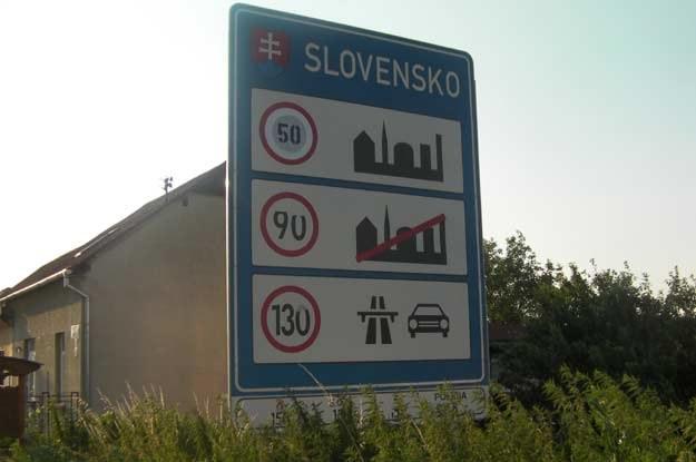 W pasie przygranicznym znajdziemy tablicę informującą o dopuszczalnych prędkościach w danym kraju /INTERIA.PL