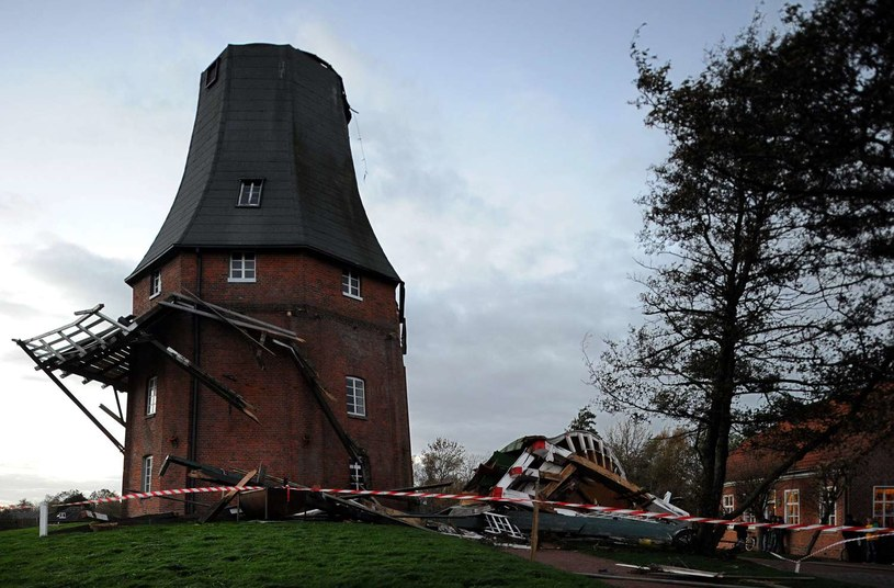W październiku przez północne Niemcy przeszły już wichury o sile huraganu. Zginęło wówczas siedem osób. /AFP