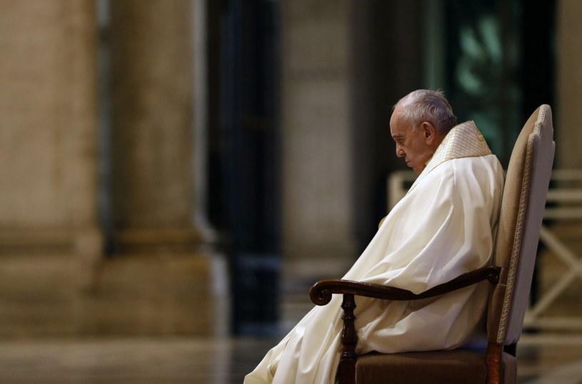 W piątek papież Franciszek modlił się przed bazyliką Świętego Piotra o ustanie pandemii, za chorych i za całą ludzkość. /YARA NARDI /PAP/EPA