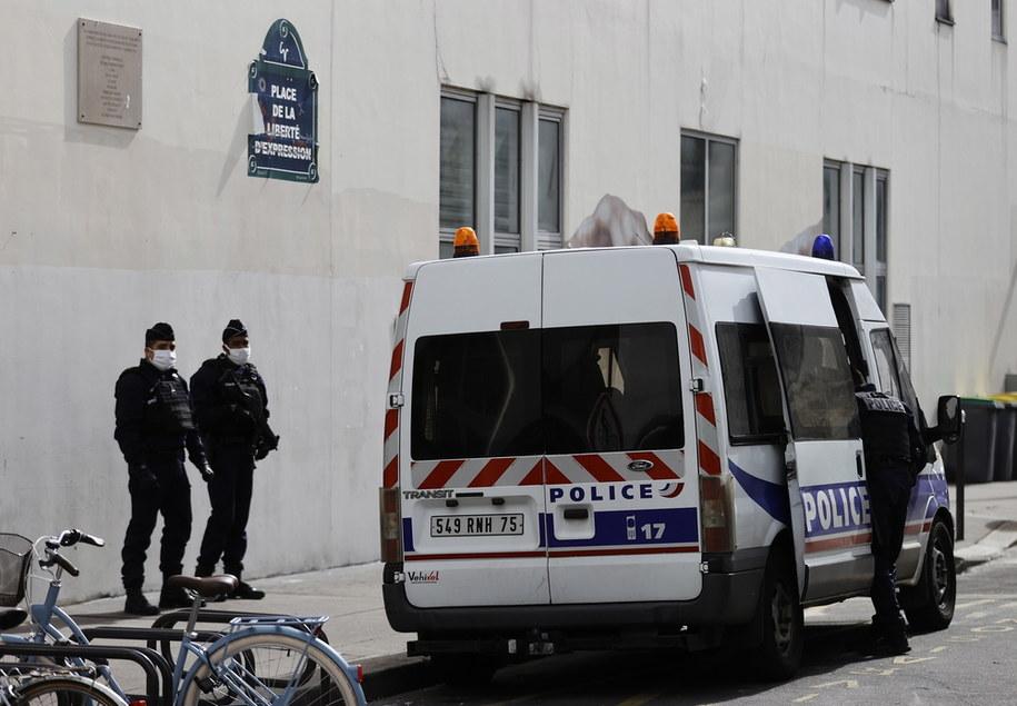 """W piątek w XI dzielnicy Paryża pod dawną siedzibą """"Charlie Hebdo"""" sprawca ranił - według różnych źródeł nożem lub tasakiem - dwoje dziennikarzy agencji informacyjnej /IAN LANGSDON /PAP/EPA"""