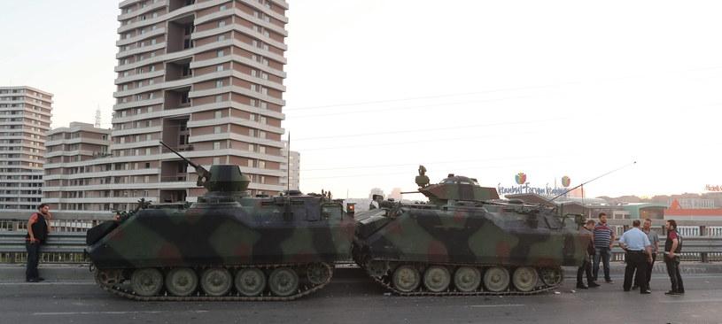 W piątek wieczorem na ulice tureckich miast wyjechały czołgi /PAP/EPA