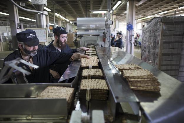W piekarni Yehuda Matzos w Jerozolimie /EPA