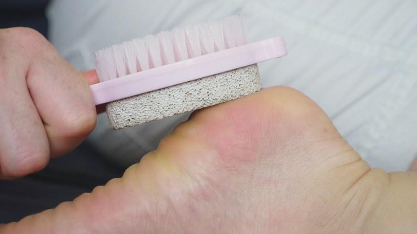 W pielęgnacji stóp bardzo ważne jest złuszczanie martwego naskórka /123RF/PICSEL