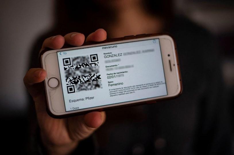 W pierwszej kolejności zaoferowano negatywne testy na obecność przeciwciał, a następnie cyfrowe certyfikaty oraz tzw. paszporty covidowe. /123RF/PICSEL