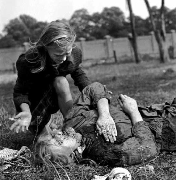 W pierwszych dniach września 1939 r. niewinni cywile ginęli przede wszystkim w wyniku ataków Luftwaffe. Na zdjęciu 12-letnia Kazimiera Mika nad zwłokami swojej siostry Andzi, zabitej podczas niemieckiego nalotu. Zdjęcie wykonał amerykański fotograf Julien Bryan.