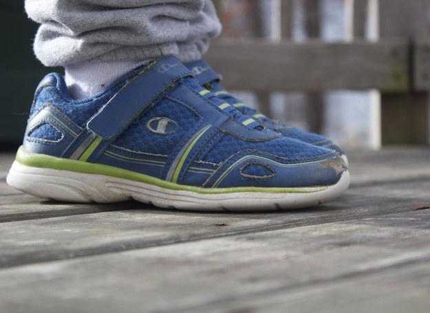 W pierwszych trzech latach życia stopa dziecka rośnie o ok. 0,5 cm na kwartał. Zatem nie kupuj dziecku butów w sam raz! /123RF/PICSEL
