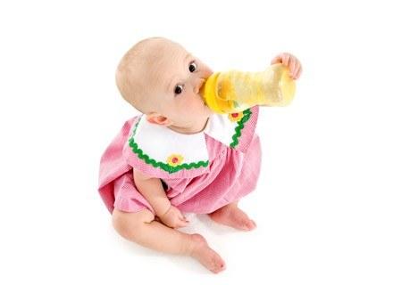 W pierwszym miesiącu życia, organizm dziecka wykorzystuje rezerwy substancji odżywczych /ThetaXstock