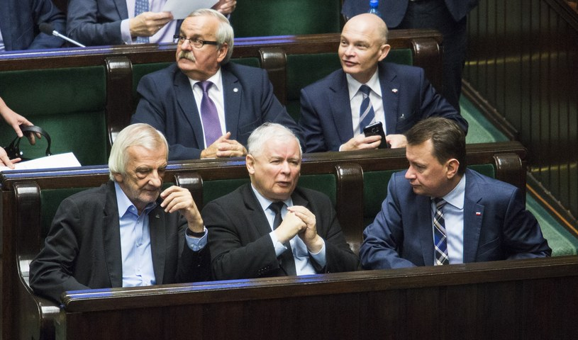 W pierwszym rzędzie Ryszard Terlecki, Jarosław Kaczyński, Mariusz Błaszczak /Andrzej Hulimka  /Reporter