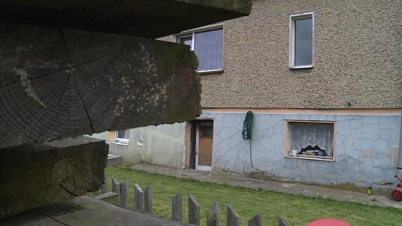 W piwnicy domu w Kamieńcu Ząbkowickim znaleziono zwłoki w walizce /Polsat News