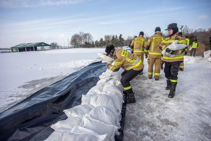 W Płocku obowiązuje nadal ogłoszony w poniedziałek alarm przeciwpowodziowy. Został wprowadzony z uwagi na zator lodowy na Wiśle poniżej miasta /Szymon Łabiński /PAP