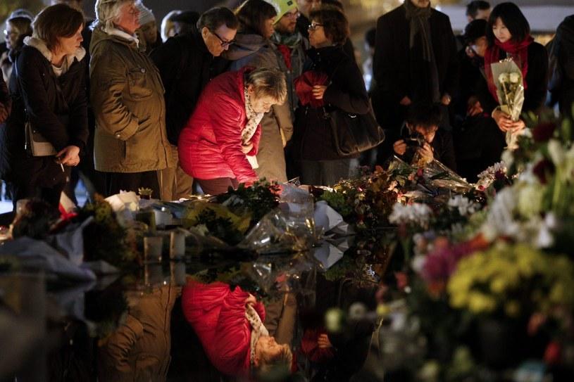 W pobliżu Bataclanu, w którym rozegrała się największa tragedia ludzie wciąż składają kwiaty i palą znicze /PAP/EPA