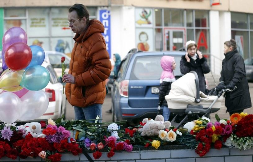 W pobliżu domu zamordowanej dziewczynki ludzie składają kwiaty /PAP/EPA