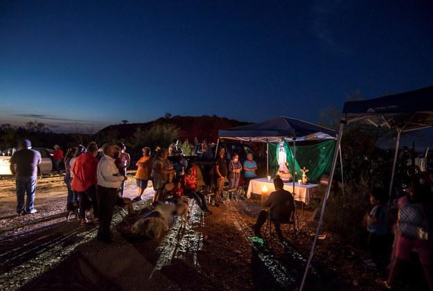 W pobliżu kopalni rodziny górników zorganizowały modlitwy /MIGUEL SIERRA /PAP/EPA