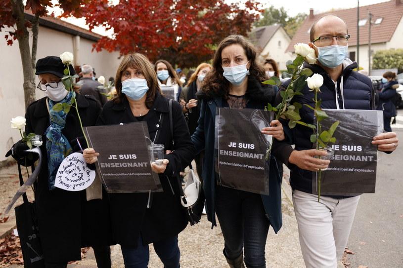 W podparyskiej miejscowości Conflans-Sainte-Honorine panuje atmosfera szoku i niezrozumienia /YOAN VALAT  /PAP/EPA