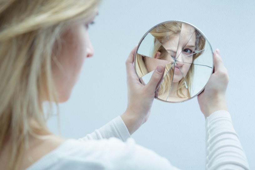 W pogoni za idealnym obrazem w lustrze jesteśmy w stanie zrobić zdecydowanie zbyt wiele... /123RF/PICSEL