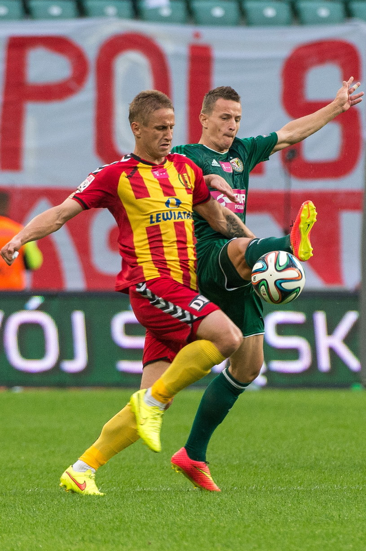 W pojedynku o piłkę Vlastymir Jovanovic (z lewej) z Korony Kielce i Robert Pich ze Śląska Wrocław /Maciej Kulczyński /PAP