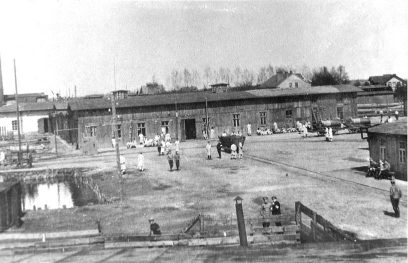 W położonym poza terenem obozu tartaku zatrudniani byli więźniowie, którzy za swą pracę otrzymywali stawki pięćdziesięciokrotnie niższe niż Niemcy /Odkrywca