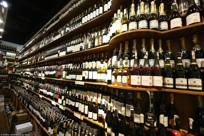 W Polsce alkohol jest łatwiej dostępny niż chleb /KAROL SEREWIS /East News