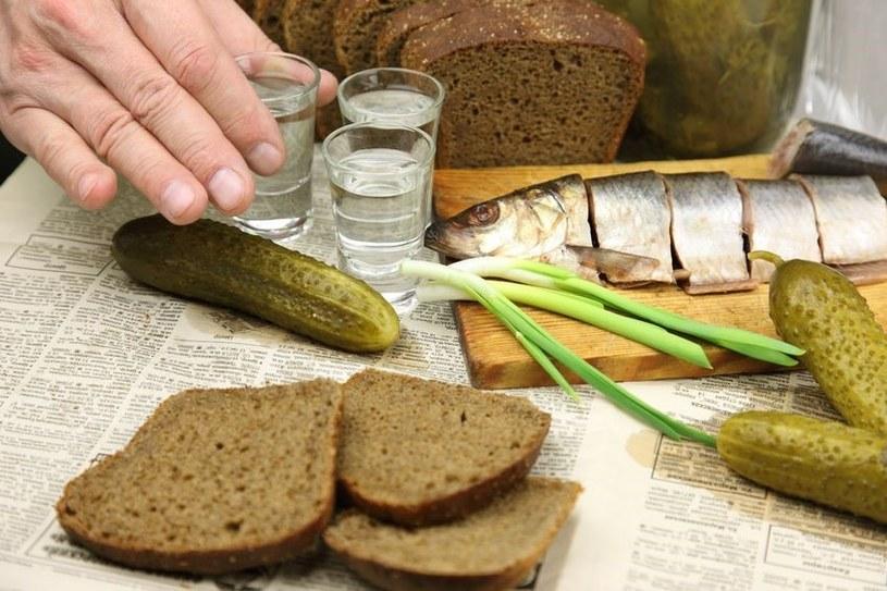 W Polsce bardzo często smak śledzia zabija się wódką /123RF/PICSEL