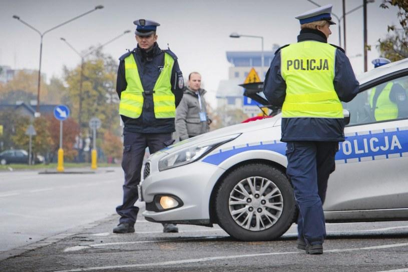 W Polsce policjanci mogą zatrzymać dłużnikom alimentacyjnym prawo jazdy / Fot: Marcin Onufryjuk /