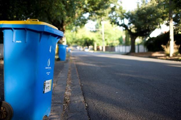 W Polsce śmieci znikają w piecach albo lasach i wymykają się w ten sposób oficjalnej ewidencji /© Panthermedia
