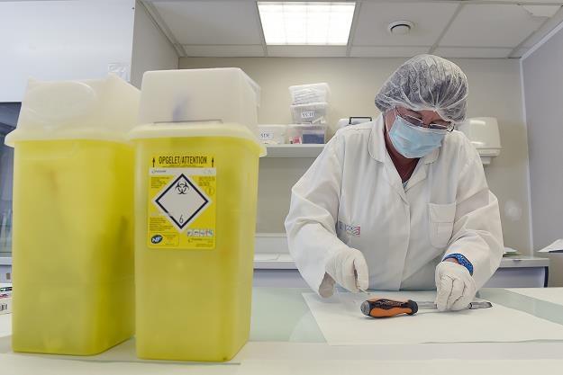 W Polsce wykonuje się zbyt mało badań laboratoryjnych w ramach podstawowej opieki zdrowotnej /AFP