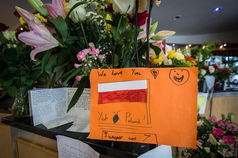 W polskim centrum w Londynie pojawiły się kartki z wyrazami wsparcia /Marcin Mazur /PAP