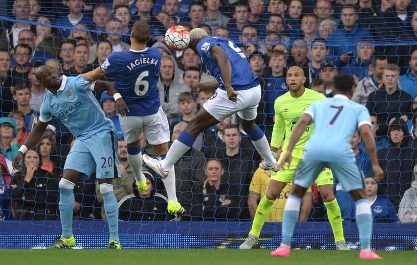 """W polu karnym Evertonu pracy było tak wiele, że momentami udzielali się nawet napastnicy """"The Toffees"""" /AFP"""