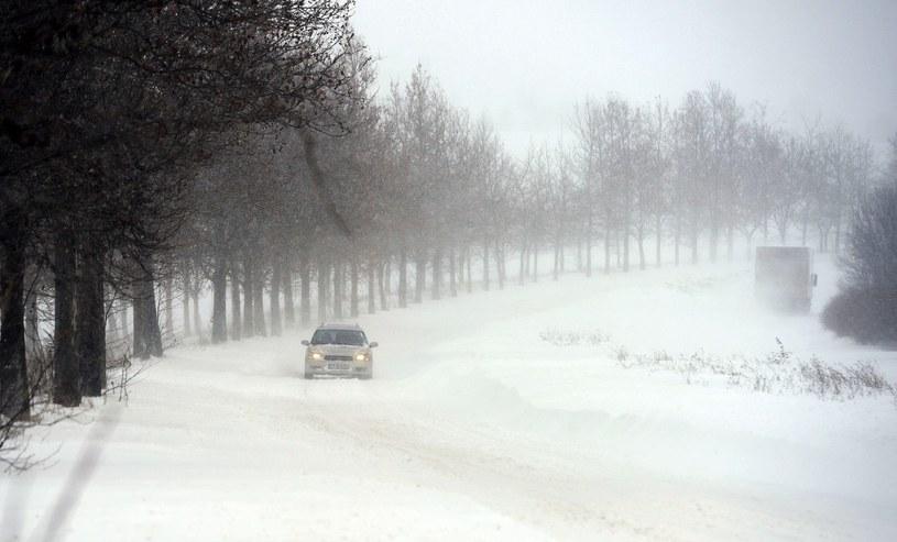 W południowej części kraju, gdzie pada mokry śnieg, ogłoszono alarm powodziowy /AFP