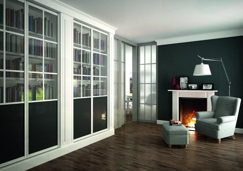 W pomieszczeniu lub jego części wydzielonej na biblioteczkę czy regał powinny znaleźć się także wygodny fotel lub kanapa, stolik i jak najlepsze oświetlenie /materiały prasowe