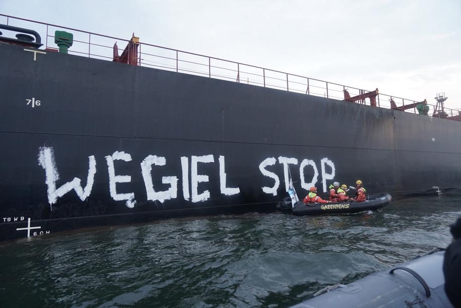 """W poniedziałek aktywiści m.in. namalowali na burcie statku węglowego napis: """"Węgiel stop"""" /Greenpeace /"""