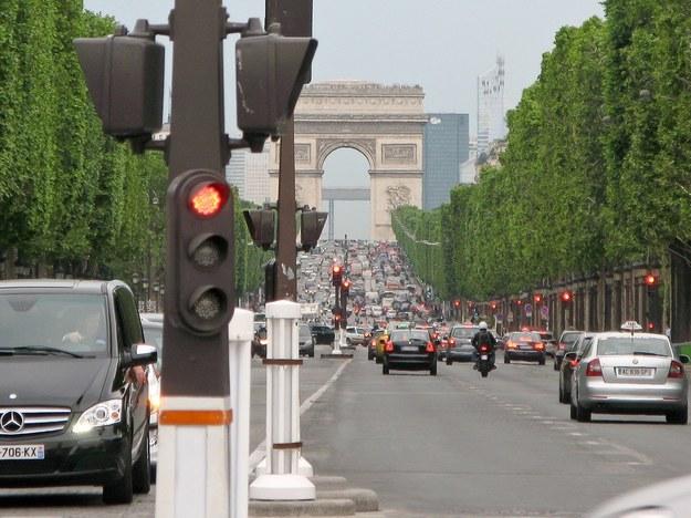 W poniedziałek na ulice stolicy Francji mogły  wyjechać wyłącznie samochody i motocykle o nieparzystych numerach rejestracyjnych /Fot. Łukasz Szeląg  /Reporter