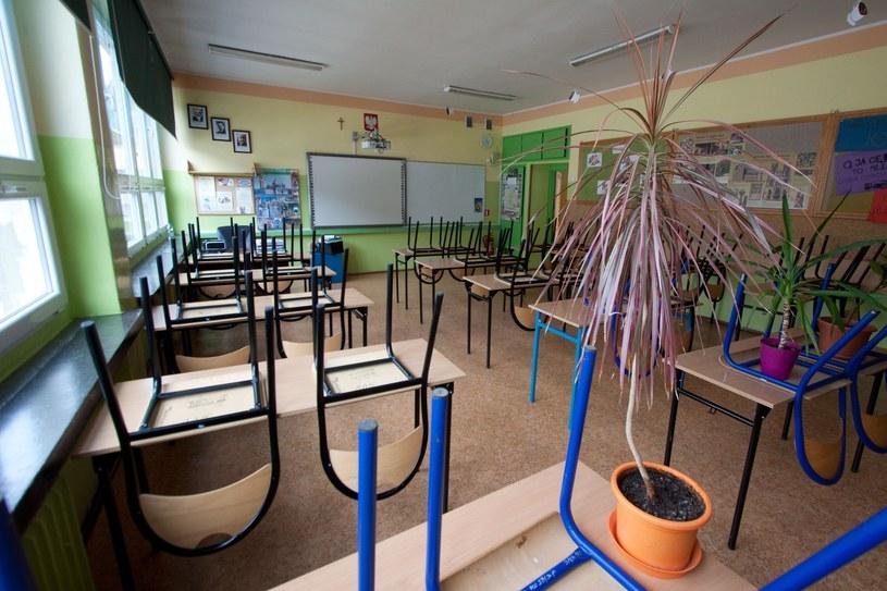 W poniedziałek w jednej ze szkół uczniowie w ogóle nie przyszli na zajęcia. MEN zapewnia, że będzie wyjaśniać tę sprawę /Sebastian Czopik /Reporter