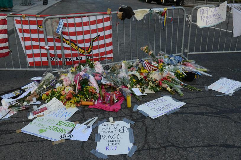 W poniedziałek w wyniku dwóch wybuchów w pobliżu mety maratonu w Bostonie zginęły trzy osoby, a ponad 170 zostało rannych /AFP