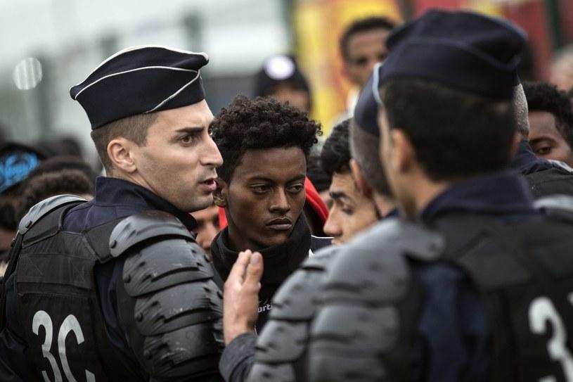 W poniedziałek z obozowiska w Calais wywieziono dokładnie 2318 osób /PAP/EPA