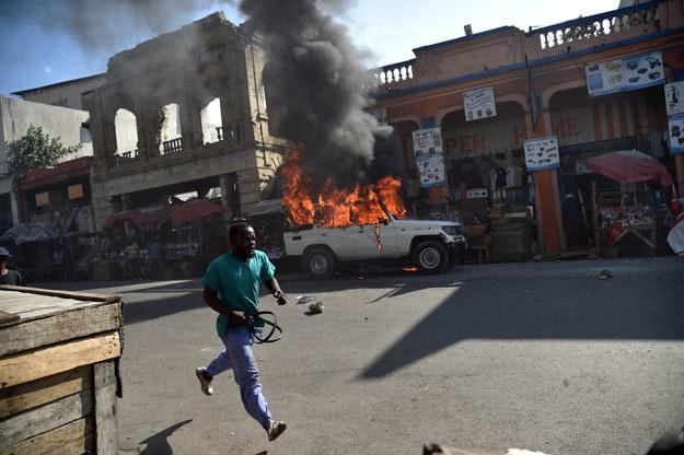 W Port-au-Prince ok. 2 tys. demonstrantów wznosiło barykady z opon, które następnie podpalano /AFP