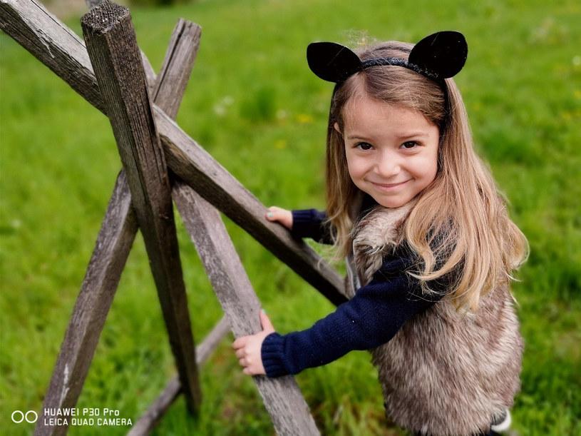 W poszukiwaniu ciekawych ujęć warto wybrać się z dziećmi na spacer /INTERIA.PL