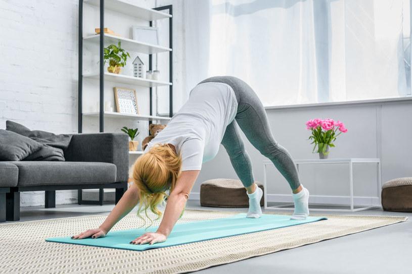 W pozbyciu się brzucha stresowego może pomóc joga /123RF/PICSEL