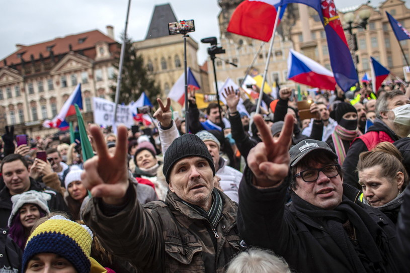 W Pradze nawet trzy tysiące osób protestowało przeciwko działaniom rządu w sprawie pandemii COVID-19 /Martin Divisek /PAP/EPA