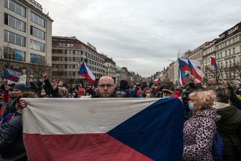 W Pradze we wtorek (17 listopada) odbyły się antyrządowe protesty. Demonstranci sprzeciwiają się obostrzeniom wprowadzanym przez rząd Andreja Babisza w walce z koronawirusem /MICHAL CIZEK /AFP