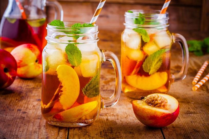 W prosty sposób można przygotować brzoskwiniową ice tea w wersji domowej /123RF/PICSEL