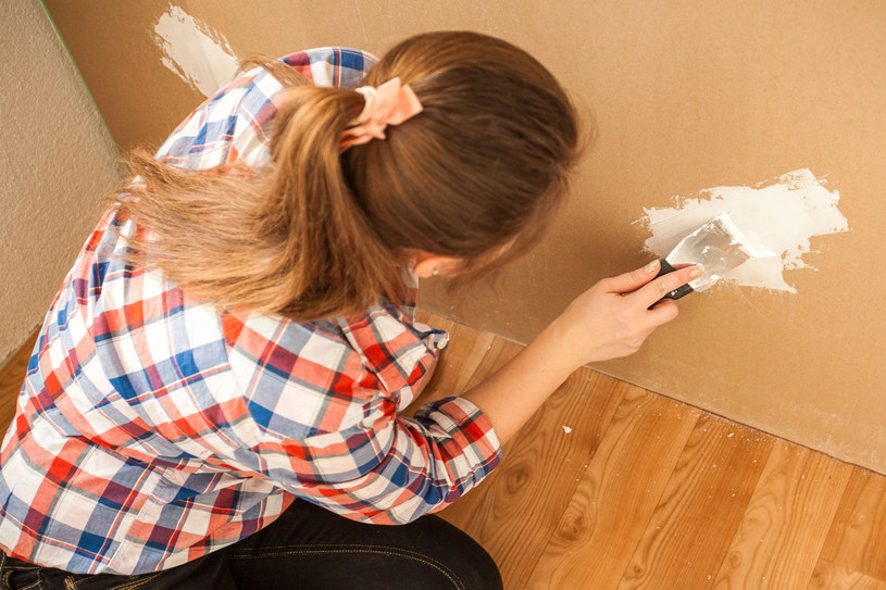 W prosty sposób pozbędziesz się szpetnej dziurki na ścianie /123RF/PICSEL