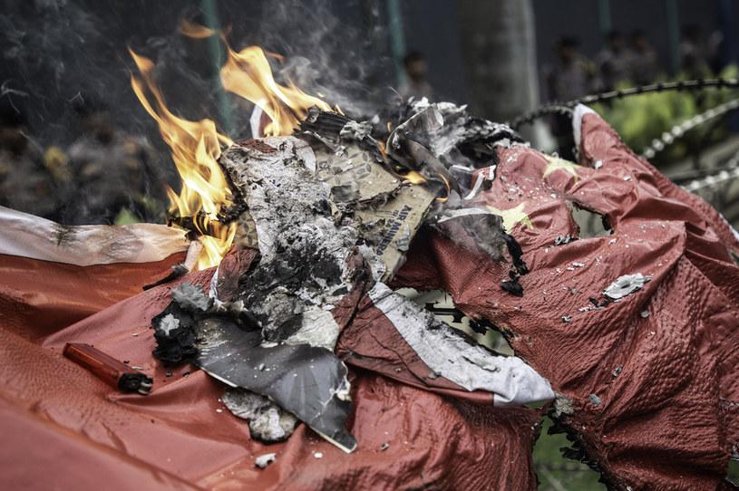 W protestach Ujgurów m.in. palono chińską flagę / Donal Husni/NurPhoto /Getty Images
