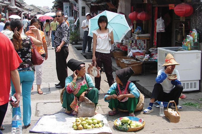 """W prowincji Yunnan, najbardziej zróżnicowanej pod względem etnicznym, na tradycyjnym targu w mieści Dali handlują owocami przedstawiciele lokalnych mniejszości./fot. pochodzi z ksiązki """"Chiny bez makijażu"""" /Krystyna Żurek-Górlaczyk /Styl.pl/materiały prasowe"""