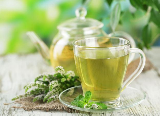 W przeciwieństwie do czarnej, zielona herbata nie jest fermentowana /123RF/PICSEL