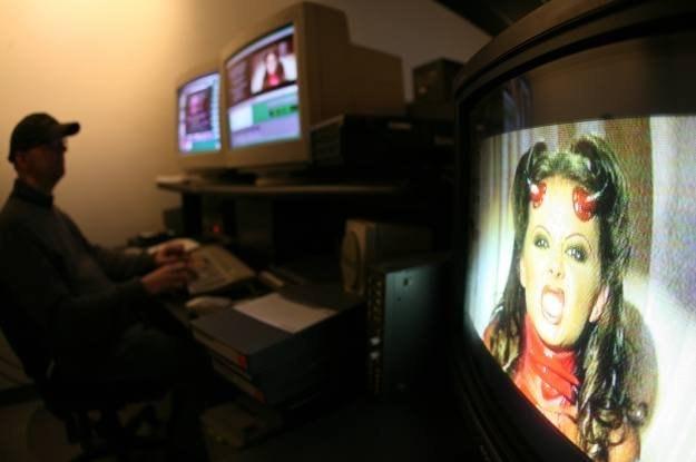 """W przeprowadzanych online atakach często """"podrzuca się"""" pornografię /AFP"""