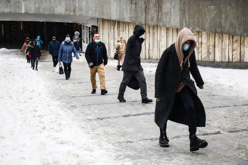 W przestrzeni publicznej obowiązuje nakaz noszenia maseczek /Beata Zawrzel/NurPhoto /Getty Images